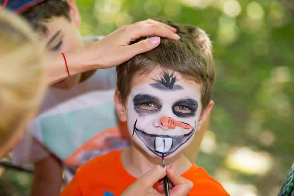 Pictura pe fata copii zombi